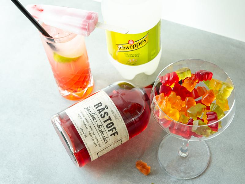 Astronaut drink med Råstoff Jordbær-Rabarber og vingummier