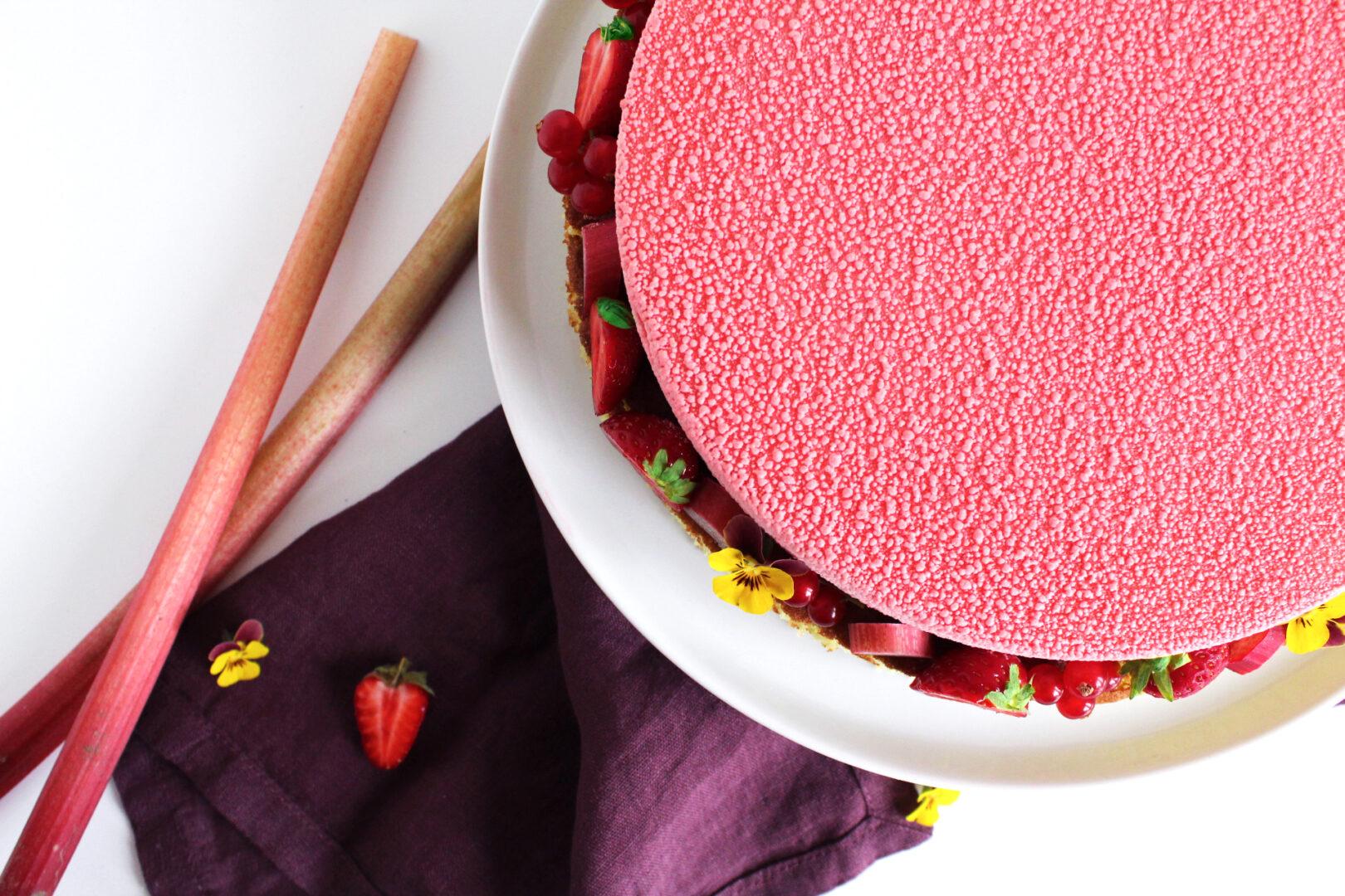 Hjemmelavet jordbær-rabarber kage med Råstoff Strawberry-Rhubarb
