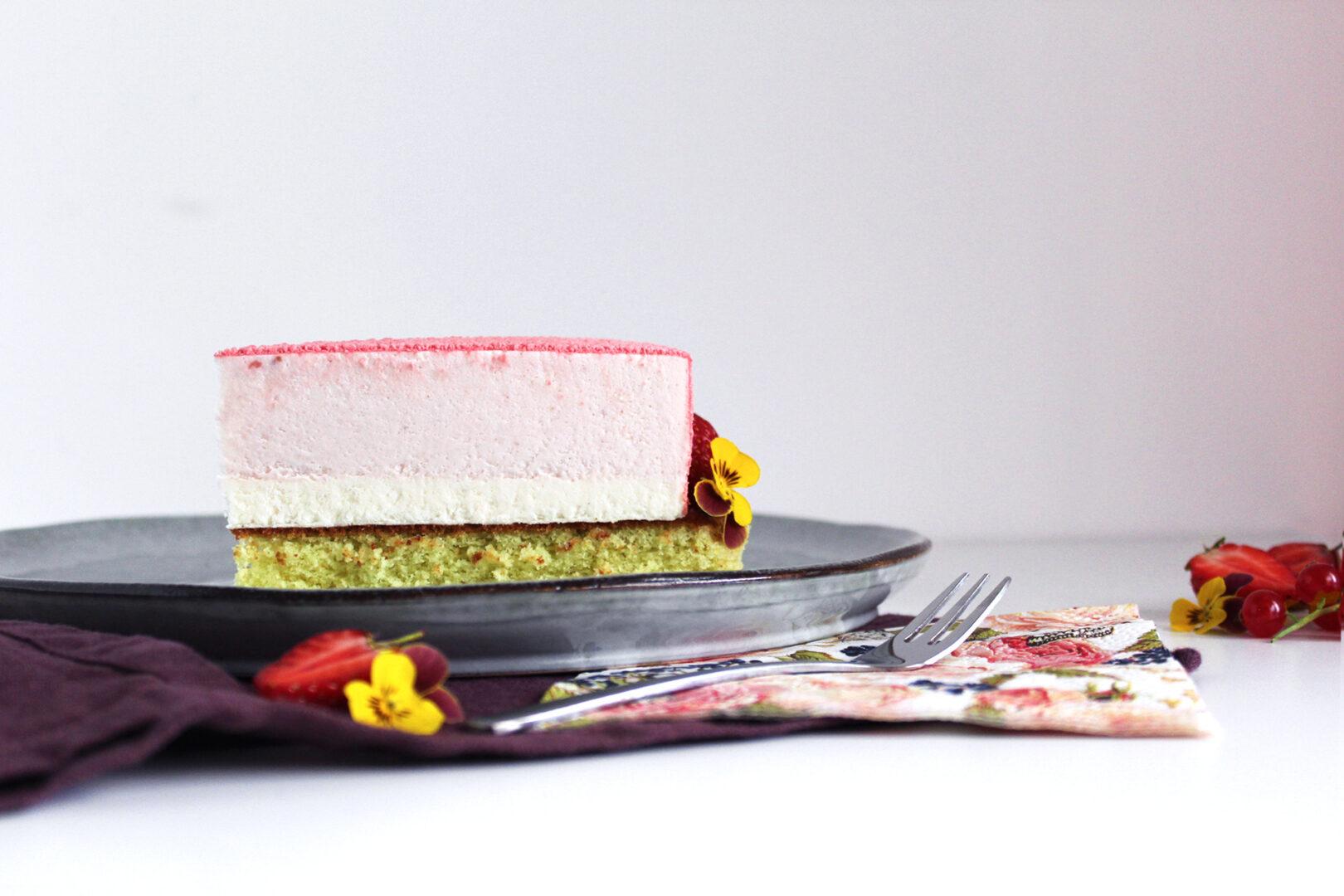 Jordbær kage med Råstoff Strawberry-Rhubarb, hvid chokolade og pistaciebund.