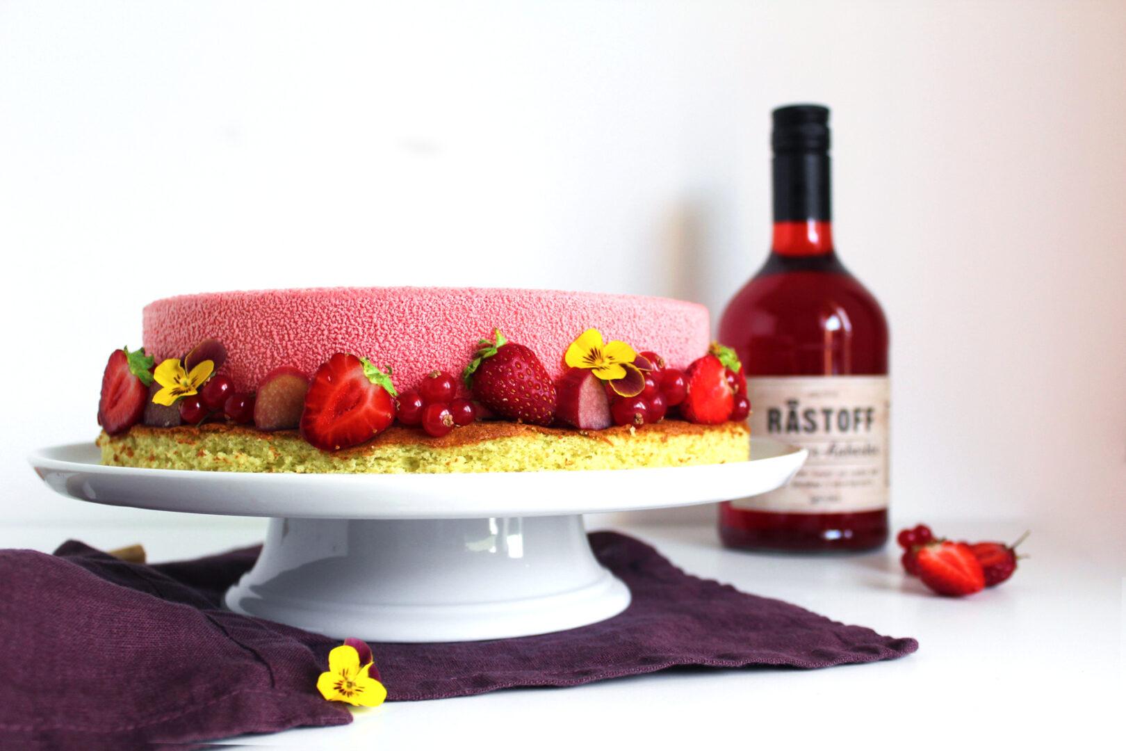 Lækker Jordbær-rabarber kage med hvid chokolade og pistacie